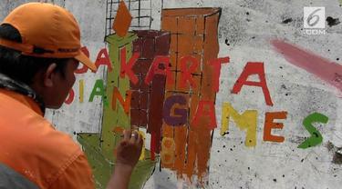 Para petugas PPSU ditugaskan melukis  mural di tembok kali Mookervart untuk menyambut  Asian Games.