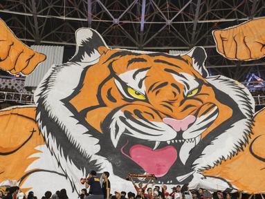 Suporter Persija Jakarta, The Jakmania, memberikan dukungan saat melawan Johor Darul Ta'zim pada laga Piala AFC di SUGBK, Jakarta, Selasa (10/4/2018). (Bola.com/Vitalis Yogi Trisna)