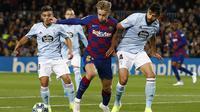 Gelandang Barcelona, Frenkie de Jong (tengah) membawa bola dari kawalan dua pemain Celta Vigo, Nestor Araujo dan Fran Beltran pada pertandingan lanjutan La Liga Spanyol di stadion Camp Nou (9/11/2019). Barcelona menang telak 4-1 atas Vigo. (AP Photo/Joan Monfort)