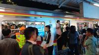 Kondisi padat di Stasiun Sudirman imbas dari tawuran di sekitar Stasiun Manggarai. (Liputan6.com/Yopi Makdori)