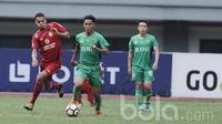 Pemain Semen Padang, Cassio De Jesus, berusaha mengejar pemain Bhayangkara, Indra Kahfi pada laga lanjutan Liga 1 Indonesia di Stadion Patriot, Bekasi, Sabtu (20/05/2017). Bhayangkara FC menang 1-0. (Bola.com/M Iqbal Ichsan)