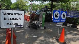 Kendaraan memasuki area parkiran IRTI kawasan Monas, Jakarta, Jumat (11/1). Untuk sepeda motor, awalnya ASN membayar Rp 22 ribu, naik menjadi Rp 352 ribu. Sedangkan untuk mobil, yang awalnya Rp 66 ribu, menjadi Rp 550 ribu. (Liputan6.com/Herman Zakharia)