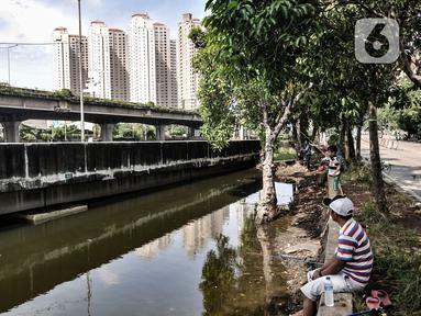 Warga saat memancing di Kali Ancol, Jakarta Utara, Kamis (11/3/2021). Kali Ancol menjadi wisata alternatif warga, terutama bagi yang hobi memancing untuk menghabiskan waktu liburan. Selain orang dewasa, sejumlah anak-anak pun terlihat asyik memancing di Kali Ancol. (merdeka.com/Iqbal S. Nugroho)