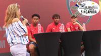 Mesut Ozil menyapa penggemar menjelang ICC 2018 di Clark Quay, Singapura. (Bola.com/Wiwig Prayugi)