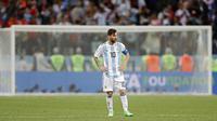 Gelandang Argentina, Lionel Messi, tampak sedih usai dikalahkan Kroasia pada laga grup D Piala Dunia di Stadion Nizhny Novgorod, Nizhny, Kamis (21/3/2018). Kroasia menang 3-0 atas Argentina. (AP/Ricardo Mazalan)