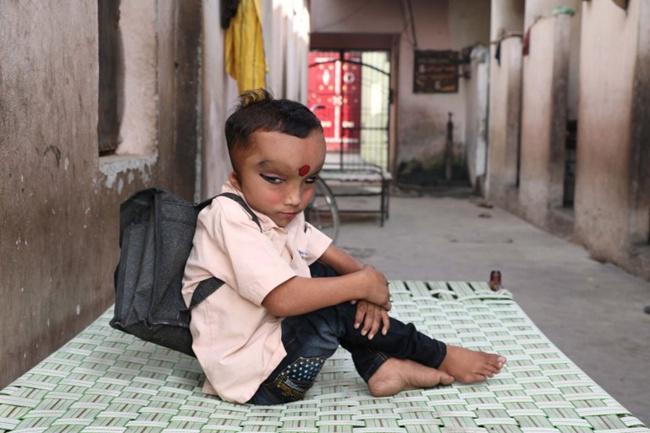 Meski dipercaya sebagai reinkarnasi dewa, Pranshu tetap sekolah setiap harinya | Photo: Copyright metro.co.uk