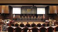 Suasana sidang uji materi UU Nomor 26 Tahun 2000 tentang Pengadilan HAM di Gedung Mahkamah Konstitusi, Jakarta, Selasa (8/9). Permohonan uji materi ini diajukan keluarga korban 1998. (Liputan6.com/Helmi Afandi)