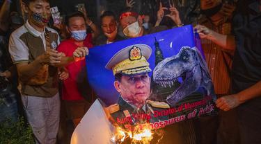 FOTO: Protes Kudeta Militer, Warga Myanmar di Thailand Bakar Gambar Jenderal Min Aung Hlaing