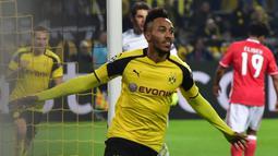 Pierre-Emerick Aubameyang. Striker Gabon kelahiran 18 Juni 1989 ini ada di urutan ke-6 dengan mencetak 15 gol untuk Borussia Dortmund. Saat ini masih aktif bermain membela Arsenal yang berlaga di Liga Europa. (AFP/John MacDougall)