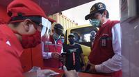 Komisaris Pertamina, Condro Kirono bersama dengan Direktur Pemasaran Retail Pertamina, Mas'ud Khamid menyapa pelanggan setia Pertamina saat melakukan pemantauan langsung jalur Tol Trans Jawa (Dok: Pertamina)