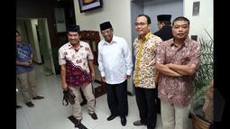 K.H. Hasyim Muzadi berfoto bersama para aktivis, Jakarta, (30/1/2015).Para aktivis meminta kepada Wantimpres untuk memberikan rekomendasi kepada Presiden Joko Widodo agar tidak melantik calon Kapolri Komjen Pol. Budi Gunawan. (Liputan6.com/Faizal Fanani)