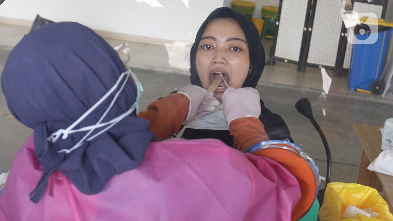 Petugas medis melakukan swab test terhadap warga di Rumah Sakit Universitas Indonesia (RSUI), Depok, Jawa Barat, Selasa (2/6/2020). Pemerintah Kota Depok mensubsidi dengan menggratiskan warganya yang mengikuti program pekan swab test massal di RSUI. (Liputan6.com/Herman Zakharia)