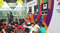 Para suporter timnas Indonesia U-23 sudah memadati Stadion Patriot sejak pagi demi membeli tiket pertandingan (Bola.com)
