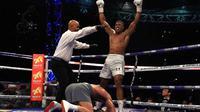 Petinju asal Inggris, Anthony Joshua, mengangkat tangan untuk merayakan kemenangan TKO pada ronde ke-11 atas Wladimir Klitschko di Stadion Wembley, London, Inggris, Sabtu (29/4/2017). (Bola.com/Twitter/SoccerAM)