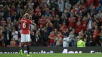 Gelandang anyar Manchester United, Paul Pogba, menyapa fans usai laga Liga Premier Inggris melawan Southampton di Stadion Old Trafford, Manchester, Inggris, Sabtu (20/8/2016). Laga ini menjadi debut kembalinya Pogba bersama MU. (AFP/Oli Scarff)