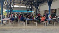 Pemudik menikmati fasilitas food court di rest area km86B Tol Cipali, Kamis (30/5/2019). (Ika Defianti)