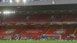 Pemain Liverpool Trent Alexander-Arnold mencetak gol ke gawang Chelsea pada pertandingan Liga Inggris di Anfield Stadium, Liverpool, Inggris, Rabu (22/7/2020). Liverpool mengalahkan Chelsea dengan skor 5-3. (Paul Ellis, Pool via AP)
