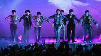 Bangtan Boys atau yang lebih dikenal dengan BTS tampil di atas panggung Billboard Music Awards 2018 di Las Vegas, Minggu (20/5). BTS merupakan grup K-pop pertama yang meraih penghargaan dari BBMAs. (Ethan Miller/GETTY IMAGES/AFP)
