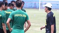 Jaya Hartono (kanan) punya formula jitu untuk menggembleng skuad Persijap Jepara proyeksi Liga 2 2021. (Bola.com/Gatot Susetyo)