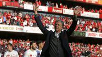 Pelatih Arsenal, Arsene Wenger, menyapa suporter saat perpisahan di Stadion Emirates (6/5/2018). Selama 22 tahun membesut Arsenal, Wenger telah mempersembahkan 17 gelar dan 704 Kemenangan. (AFP/Ian Kington)