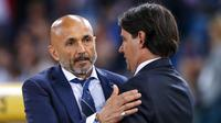 Pelatih Inter Milan, Luciano Spalletti, menyapa pelatih Lazio, Simone Inzaghi, pada laga Serie A Italia di Stadion Olimpico, Roma, Minggu (20/5/2018). Lazio kalah 2-3 dari Inter. (AP/Angelo Carconi)