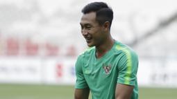 Pemain Timnas Indonesia, Hansamu Yama, tertawa saat latihan di SUGBK, Jakarta, Sabtu (24/11). Latihan ini persiapan jelang laga Piala AFF 2018 melawan Filipina. (Bola.com/Vitalis Yogi Trisna)