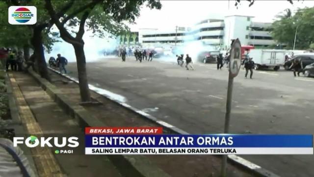 Kericuhan mewarnai aksi unjuk rasa ormas GMBI di Bekasi, lantaran bentrokan dengan sejumlah ormas lainnya.