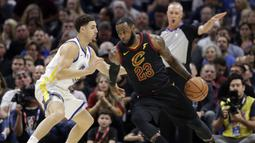 Pebasket Cleveland Cavaliers, LeBron James, berusaha melewati pebasket Golden State Warriors, Klay Thompson, pada final NBA di Quicken Loans Arena, Ohio, Jumat (8/6/2018). Warriors juara setelah menang 4-0 atas Cavaliers. (AFP/Tony Dejak)