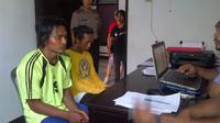Dua tersangka kasus dugaan pencabulan remaja di Bitung, Jetly dan Fadly. (Liputan6.com/Yoseph Ikanubun)