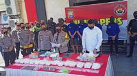 Polisi merilis penangkapan 13 kilogram sabu dan 2.900 ekstasi (Liputan6.com/Fauzan)