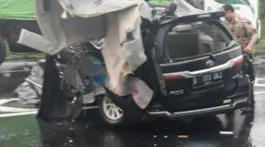 Mobil rombongan Bupati Pidie Provinsi Aceh kecelakaan di ruas tol Cipali. Insiden ini mengakibatkan tiga orang tewas