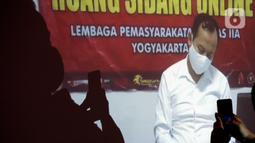 Terdakwa Jaksa Kejaksaan Negeri Yogyakarta nonaktif, Eka Safitra mendengarkan kuasa hukumnya membacakan Pledoi saat sidang vidco di Gedung KPK, Jakarta, Rabu (29/4/2020). Eka diduga menerima suap terkait lelang proyek pada Dinas Pekerjaan PUPKP Kota Yogyakarta TA 2019. (merdeka.com/Dwi Narwoko)