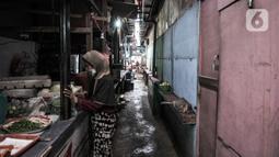 Aktivitas pedagang di Pasar Sumur Batu, Kemayoran, Jakarta, Rabu (8/7/2020). Para pedagang di Pasar Sumur Batu memilih menutup kiosnya lantaran untuk menghindari tes usap atau Swab Test Covid-19 yang dilakukan secara mendadak oleh Puskemas Kecamatan Kemayoran. (merdeka.com/Iqbal S. Nugroho)