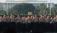 Petugas kepolisian mengikuti apel operasi ketupat 2019 di lapangan Silang Monas, Jakarta, Selasa (28/5/2019). Objek pengamanan dalam Operasi Ketupat Tahun 2019, antara lain berupa 898 terminal, 379 stasiun kereta api, 592 pelabuhan 212 bandara. (merdeka.com/Imam Buhori)