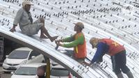 Pekerja memasang baja konstruksi saat pembangunan Flyover Gaplek di Jalan Martadinata,  Pamulang, Tangerang Selatan, Minggu (1/3/2020). Pembangunan flyover yang akan menghubungkan Parung, Jawa Barat, dengan DKI Jakarta tersebut saat ini sudah mencapai 40 persen. (merdeka.com/Arie Basuki)