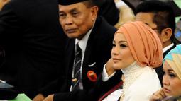 Rachel Maryam mengenakan gaun berwarna putih dengan hijab kepala berwarna coklat saat menghadiri pelantikan anggota DPR, Senayan, Jakarta, Rabu (1/10/2014) (Liputan6.com/Andrian M Tunay)