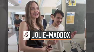 Angelina Jolie melepas anak suslungnya Maddox Jolie-Pitt yang akan berkuliah di Korea Selatan. Saat melepas Maddox di bandara, ada momen haru yang terlihat di muka Jolie.