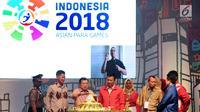 Wakil Presiden Jusuf Kalla (ketiga kiri) memotong tumpeng tanda dimulai Hitung Mundur Pelaksanaan Asian Para Games 2018 di JIExpo, Jakarta, Jumat (6/10). Asian Para Games 2018 akan berlangsung di Jakarta, 6-13 Oktober. (Liputan6.com/Helmi Fithriansyah)
