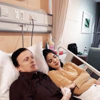 Alice Norin sedang menemani ayahnya yang dirawat di rumah sakit akibat terkena amoeba (Instagram/@alicenorin)