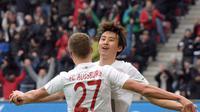 Gelandang Augsburg berkebangsaan Korea Selatan, Koo Ja-Cheol (hadap kamera) merayakan golnya ke gawang Bayer Leverkusen, pada lanjutan Bundesliga 2015-2016, di WWK-Arena, Augsburg, Sabtu (5/3/2016) malam WIB. Ia mencetak hat-trick sekaligus menuai rekor.