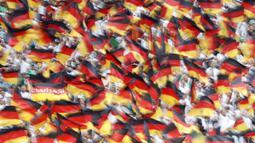 Suporter Jerman mengibarkan bendera saat melawan Meksiko pada laga Grup F Piala Dunia di Stadion Luzhniki, Moskow, Minggu (17/6/2018). Meksiko menang 1-0 atas Jerman. (AP/Antonio Calanni)