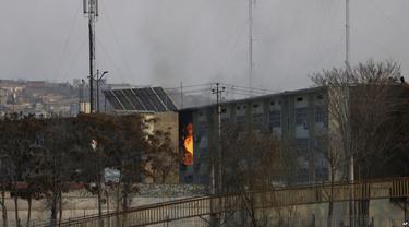 Api menyala dari gedung pemerintahan di Kabul, Afghanistan yang diserang kelompok militan, 24 Desember 2018. Akibat serangan itu, 43 orang tewas (AP PHOTO)