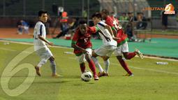 Penyerang timnas Indonesia U23 Yohanes Ferinando Pahabol lolos dari kepungan pemain Laos (Liputan6.com/Helmi Fithriansyah)