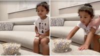 Kylie Jenner lakukan fruit snack challenge bersama putrinya, Stormi Webster. (dok. screenshot Instagram @kyliejenner/https://www.instagram.com/p/CAErDMyHnMO/)