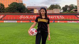 Gadis cantik jelita itu memegang posisi sebagai Manager Academy Sulut United dan Marketing di tim berjulukan Hiu Utara. Ia juga menjadi garda terdepan tim dalam dunia sponsorship. (Dok Instagram @gasyakaren)