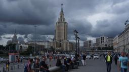 Tiba di St Petersburg saya menyempatkan diri untuk bersantai terlebih dahulu di depan stasiun. Duduk-duduk santai sambil menikmati suasana kota yang diwarnai lalu lalang masyarakat sekitar. (Bola.com/Okie Prabhowo)