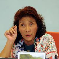 Menteri KKP, Susi Pudjiastuti memberi pernyataan terkait penyelamatan hiu paus dari pemanfaatan secara illegal, Jakarta, (27/5). Hasil operasi ditemukan hiu paus di keramba jaring apung PT Air Biru Maluku. (Liputan6.com/Helmi Fithriansyah)