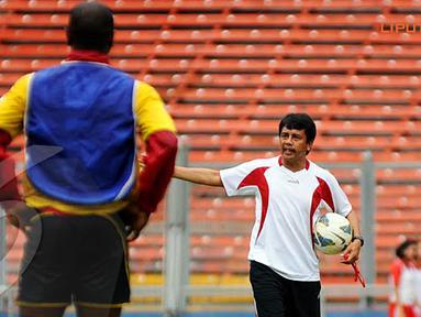 Jafry Sastra (pelatih Semen Padang) memberikan instruksi langsung kepada timnya saat melakukan latihan (Liputan6.com/Helmi Fithriansyah)