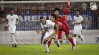 Pemain Vietnam menghalangi pemain timnas U-22, Ezra Walian pada laga grup B SEA Games 2017 di Stadion Selayang, Selangor, Malaysia, Selasa (22/8). Indonesia menahan Vietnam dengan tampil sepuluh pemain sejak menit ke-60. (Liputan6.com/Faizal Fanani)