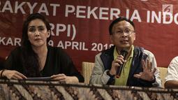 Perwakilan federasi buruh menyampaikan Panca Maklumat Rakyat Pekerja Indonesia untuk Presiden Jokowi dalam konferensi pers di Jakarta, Minggu (29/4). Konpers terkait kesiapan melakukan aksi pada hari buruh, 1 Mei mendatang. (Liputan6.com/Faizal Fanani)